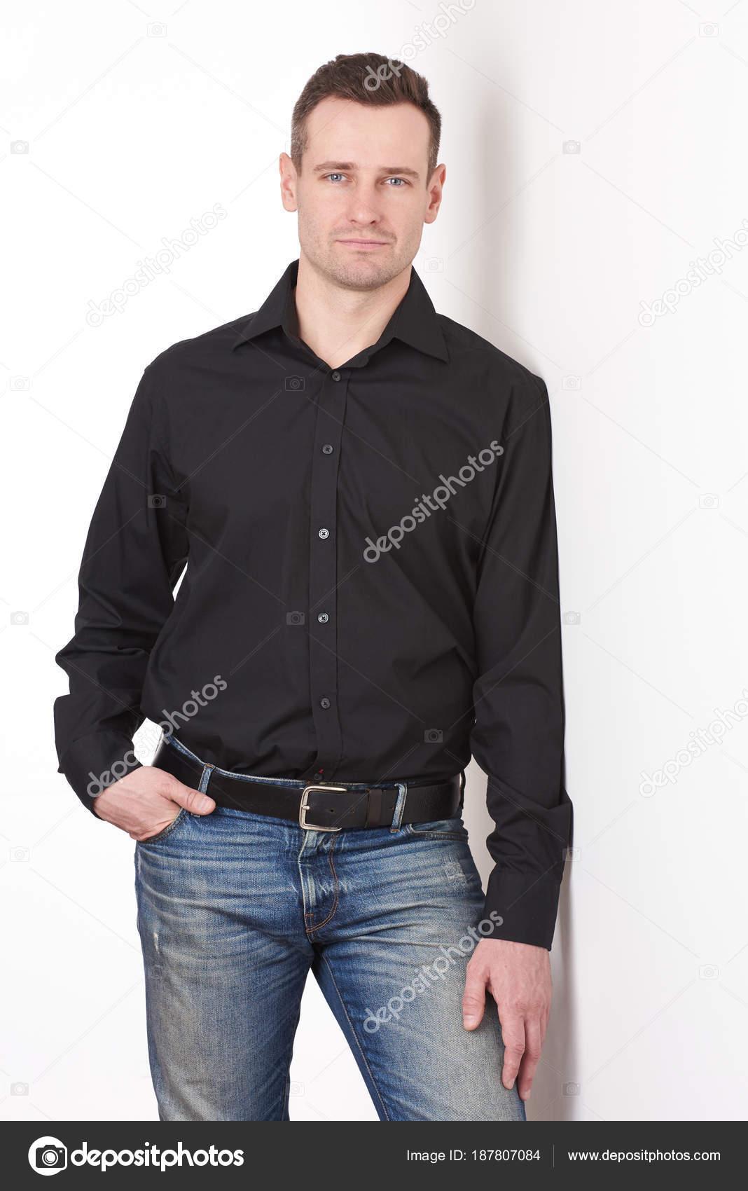 design innovativo c2155 8a135 Uomo in camicia nera in jeans — Foto Stock © dimarik #187807084