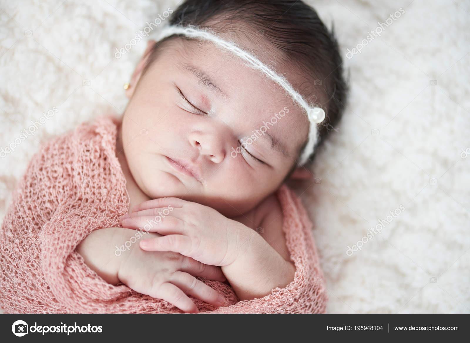 Latina recién nacido bebé niña — Foto de Stock 0de1716e7a5