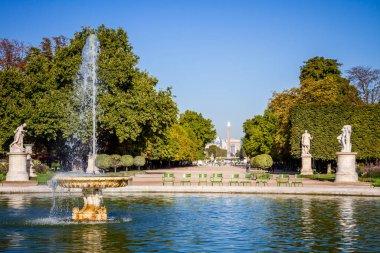 Tuileries Garden göleti, Obelisk ve zafer kemeri, Paris, Fransa