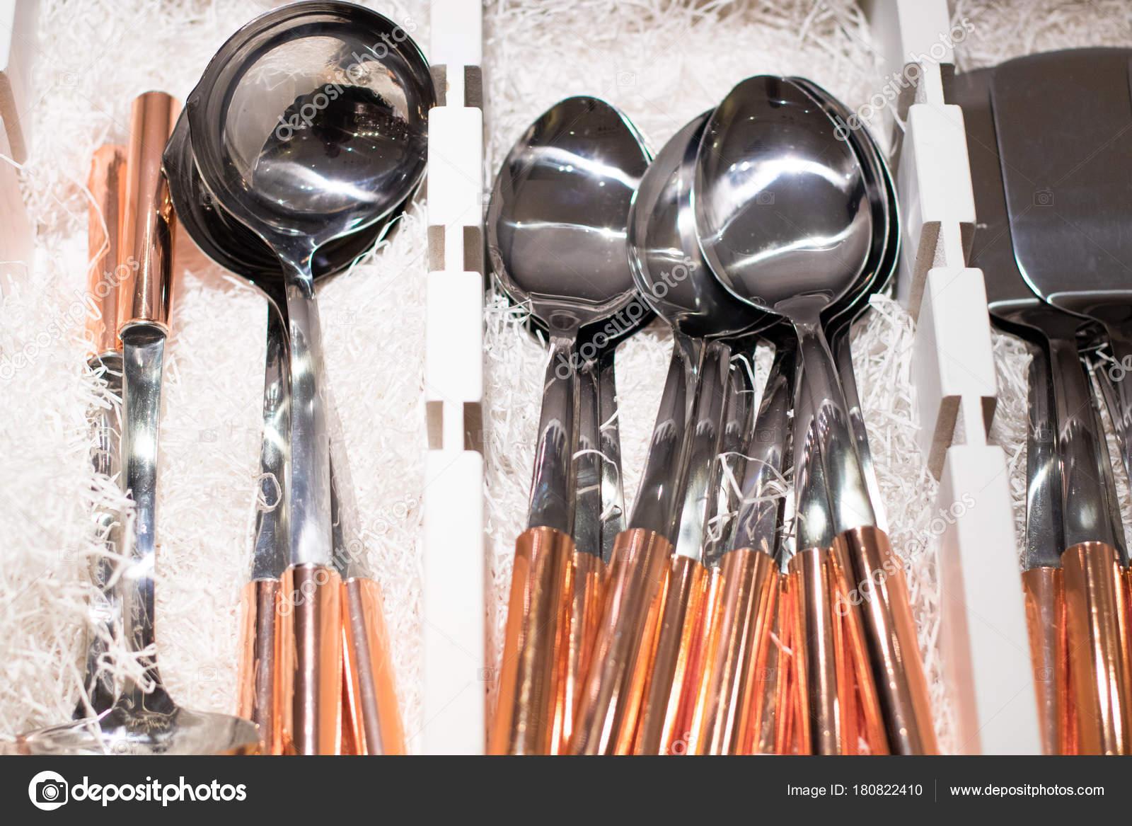 Kupfer-Küchengeräte in Sätzen auf Displey im store — Stockfoto ...