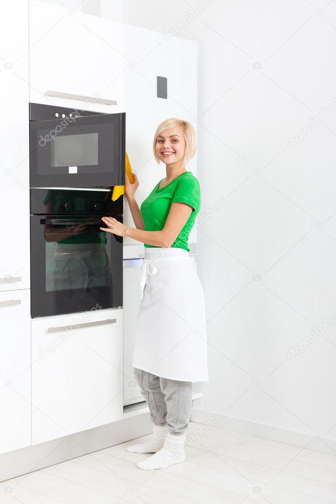 Regolazione della donna moderna cucina apparecchio — Foto ...