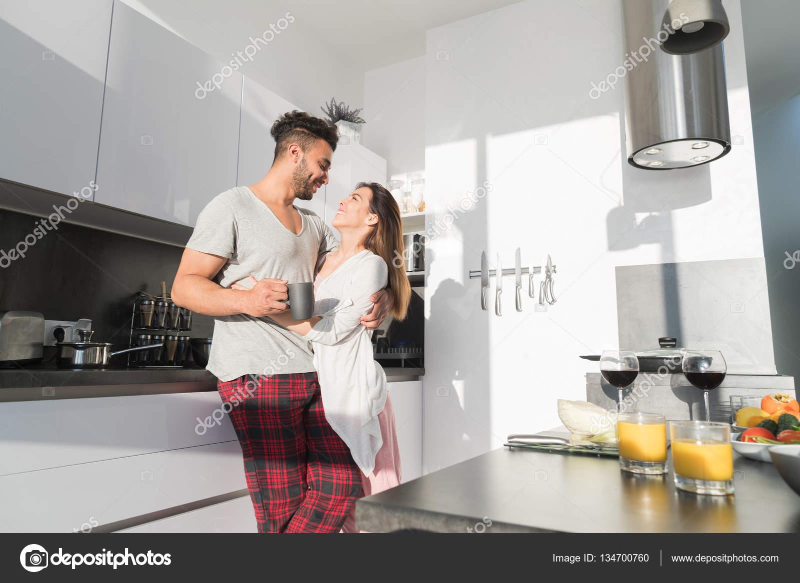 Giovane Coppia Abbraccio In Cucina Uomo Ispanico E Donna Asiatica La Colazione Del Mattino
