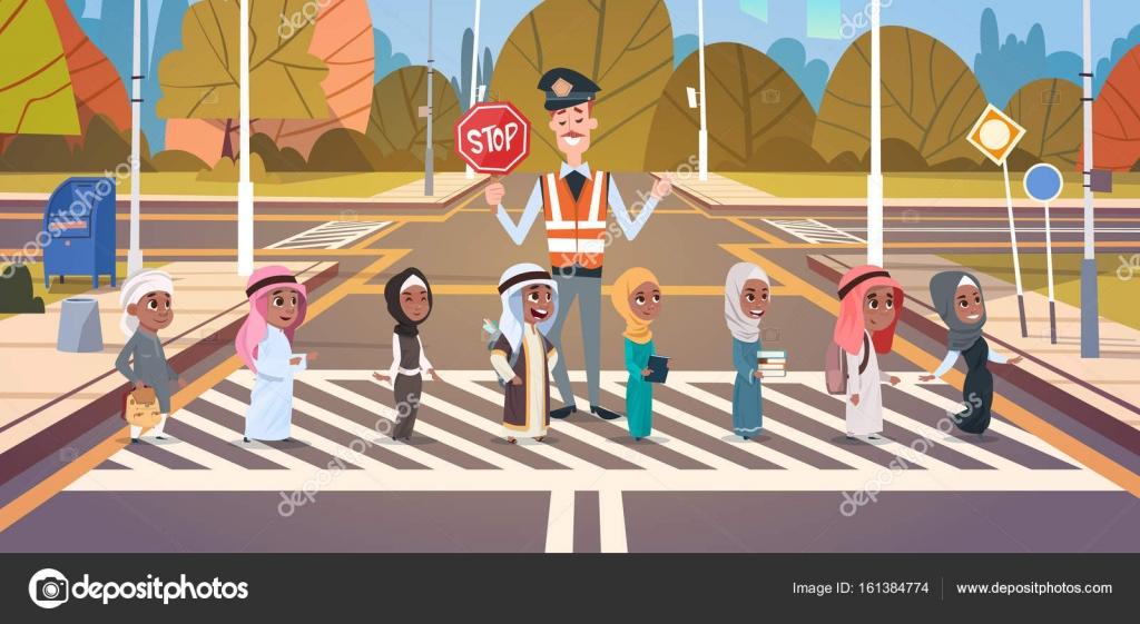 Polizist Guard helfende Gruppe von arabischen Schulkindern zu Cross ...