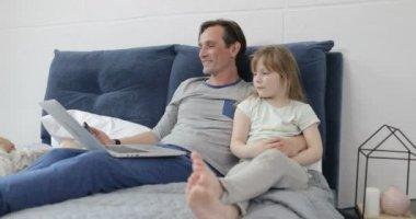 m re et fille dorment sur le lit puis ils se r veille et fille baiser maman vid o paha l. Black Bedroom Furniture Sets. Home Design Ideas