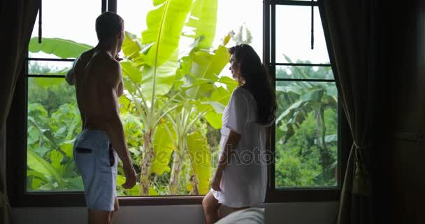 Stand In Der Nähe Fenster Sprechen Morgen Blick Auf Paar, Umarmen Mann Und  Frau Küssen