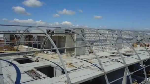 Letecký pohled na staveniště a skupiny stavitelů spolupracovat, tým inženýrů na budovu