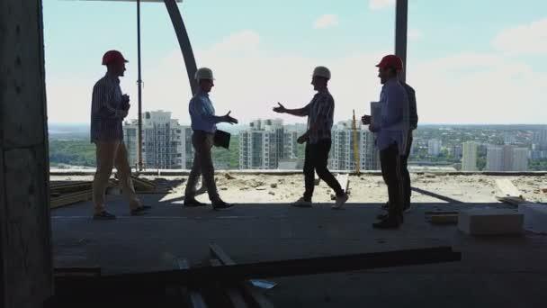 Letecký pohled na stavitelé tým handshake s Business Man zaměstnavatelem na staveništi, zasedání skupiny dodavatelů a inženýry