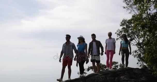 Šťastní lidé skupiny na vrchol hory Zvedněte ruce těší krásné krajiny společně turisté mužů a žen
