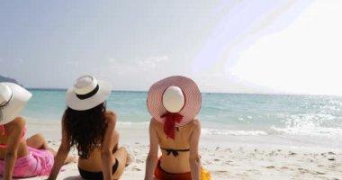 Hát hátulnézet három lány a strandon a Bikini és a szalma kalap élvezze Sun Tan beszél, nő a turisták a nyári szünet