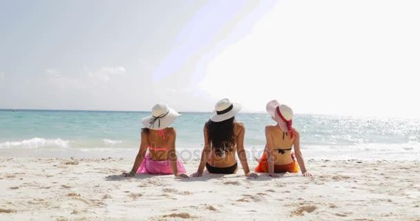 Vissza a hátsó nézet három lány a strandon a Bikini és a szalma kalap Sun Tan, nő a turisták csoport élvezze a nyári szünet
