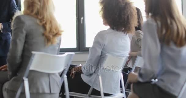Skupina podnikatelů na prezentaci v konferenčním sále posloucháte úspěšný podnikatel vzdělávací seminář