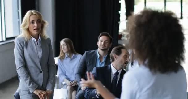 Zwei Business-Frauen diskutieren Frage Sitzung Geschäftsleute Team auf Konferenz oder ein Seminar