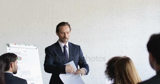 Wütend Geschäftsmann nicht zufrieden mit Geschäftsleuten Konzernergebnis nach Trainingsseminar während der Konferenz Meeting Bildungskonzept