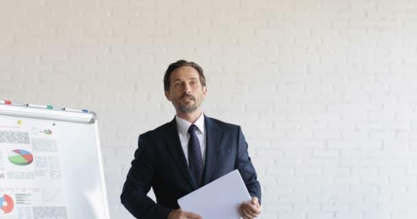 Mann führenden Training Seminar geben Unternehmensgruppe der Geschäftsleute Tests während der Konferenz Meeting Bildungskonzept
