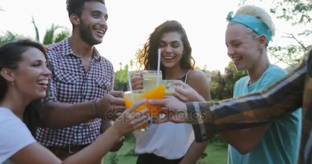 Menschen Gruppe jubelt Gläser reden draußen auf Sommerterrasse junge Freunde glücklich lächelnde Kommunikation