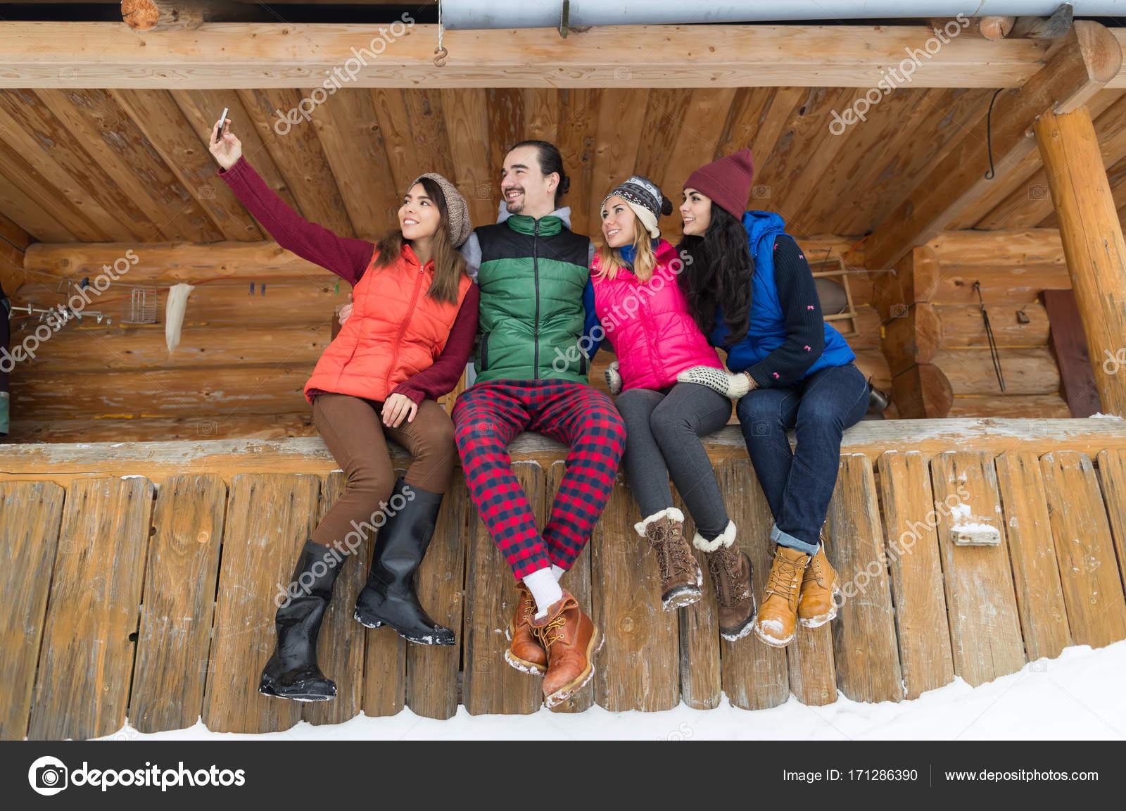 Grupo De Personas Tomando Foto Selfie En Teléfono