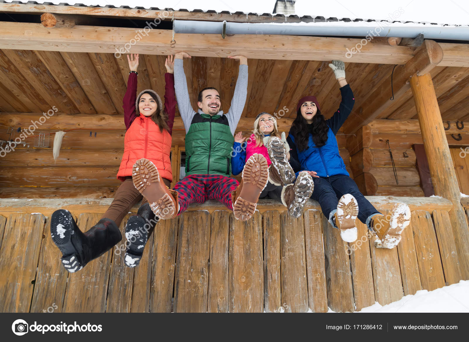 Grupo De Personas Sentados En Terraza Madera Casa Invierno
