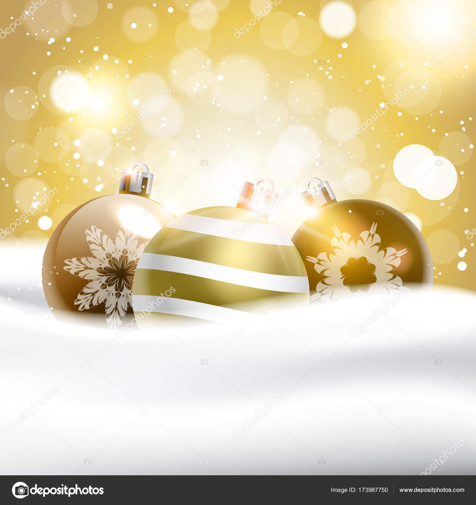 Goldene Weihnachtskugeln.Glänzende Goldene Weihnachtskugeln Im Schnee Urlaub Dekoration