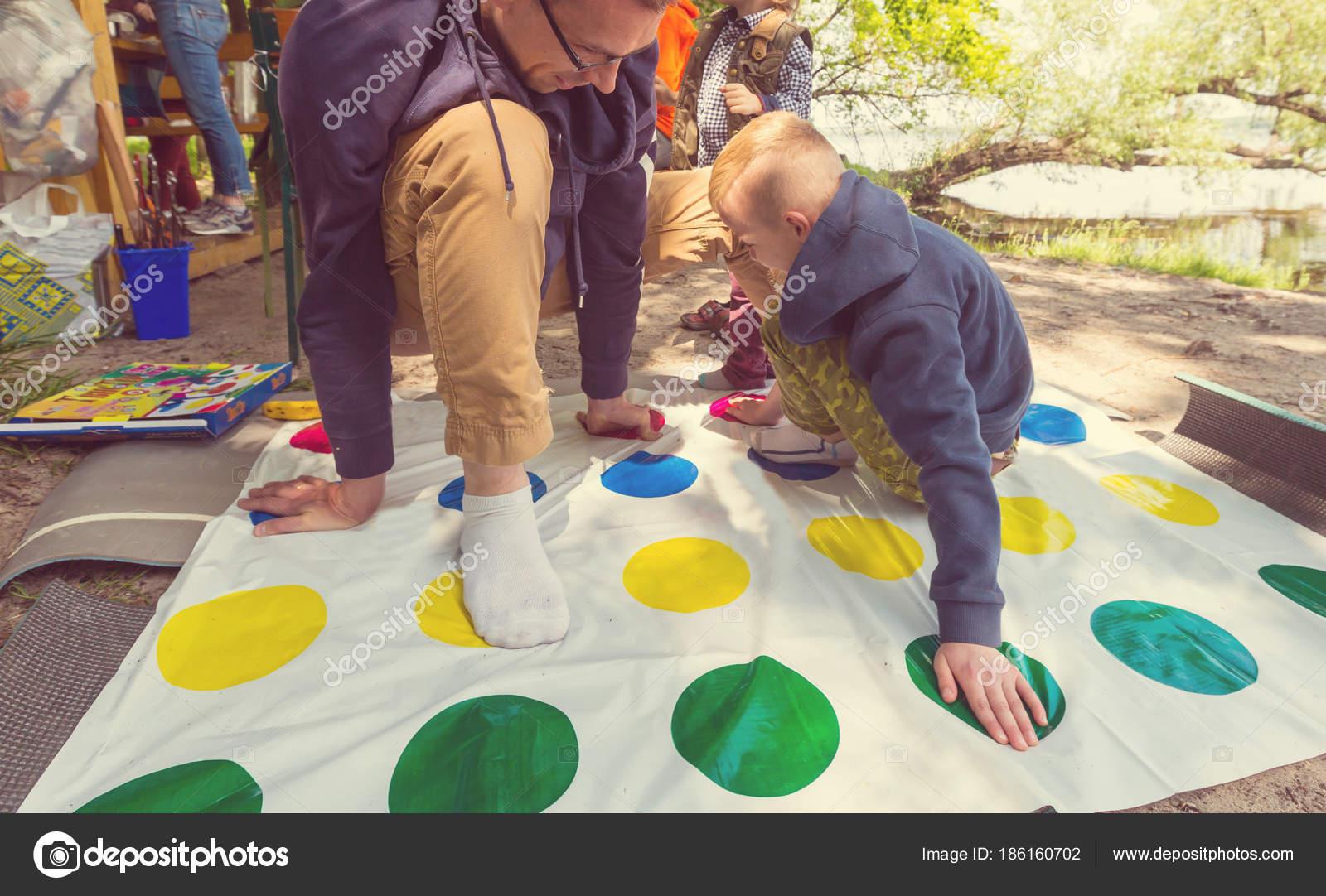 Ninos Adultos Jugando Twister Juego Aire Libre Fotos De Stock