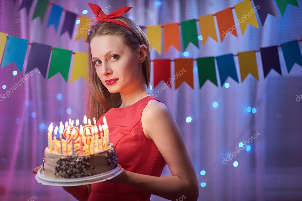 Schöne Junge Vintage Pin-up Stil Mädchen Steht In Bunt