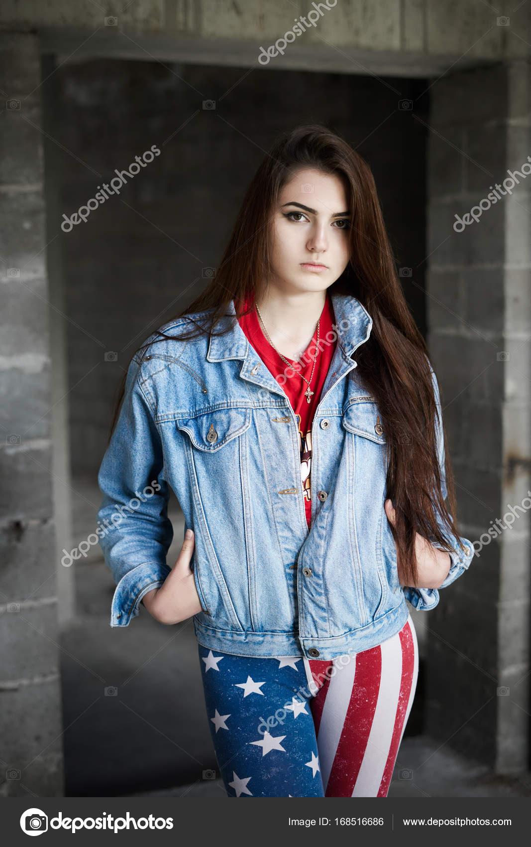 bf3b4458a18a0a Concepto: arenoso, milenaria. Hermosa hermosa joven usa Usa ropa temática  sesión de fotos en construcción abandonada del edificio que presenta el  contraste ...