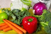 Zöldség és gyümölcs az asztalon