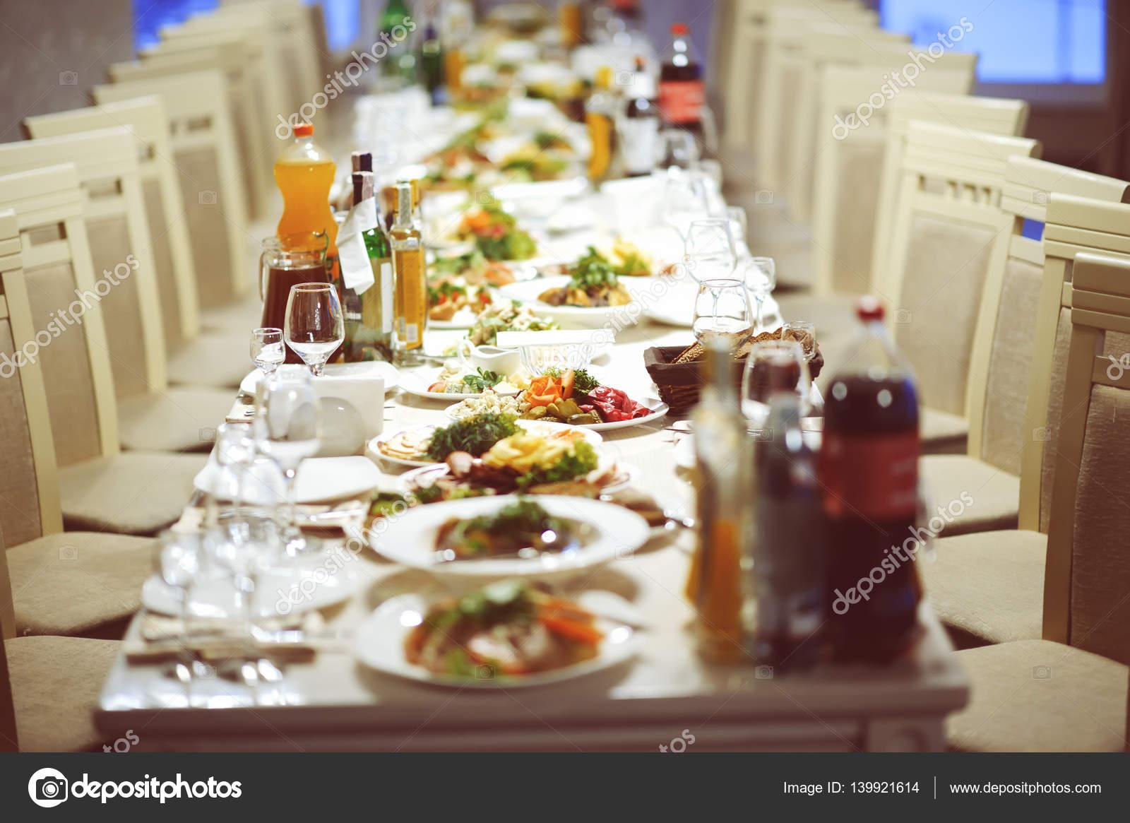 Service Set De Table Avec Couverts Et Verre Verres A Pied Au