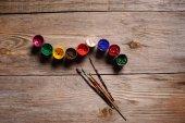 různé barevné malování na dřevěné pozadí