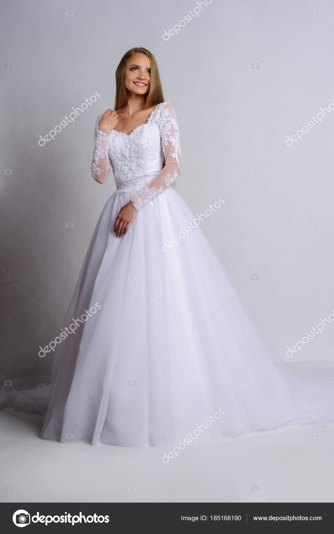 Schöne Braut im Hochzeitskleid, weißer Hintergrund — Stockfoto ...