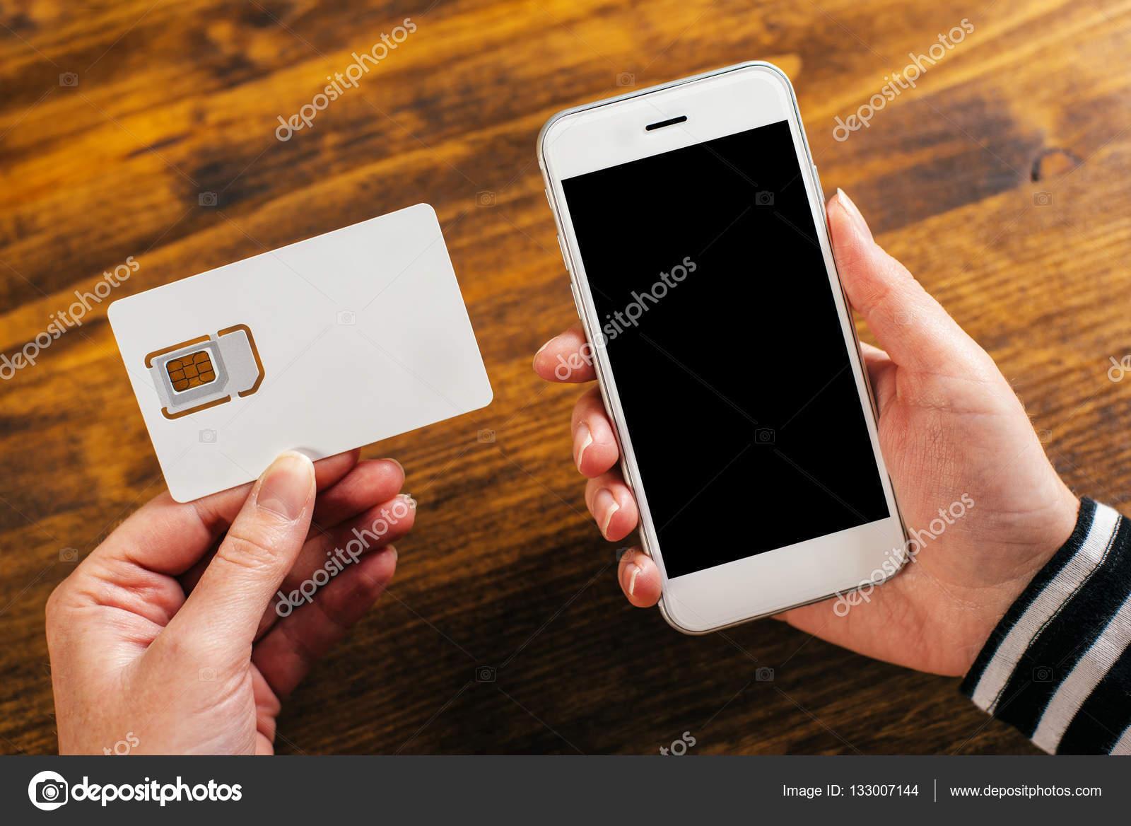 Neue Sim Karte.Frau Mit Smartphone Und Neue Sim Karte Stockfoto