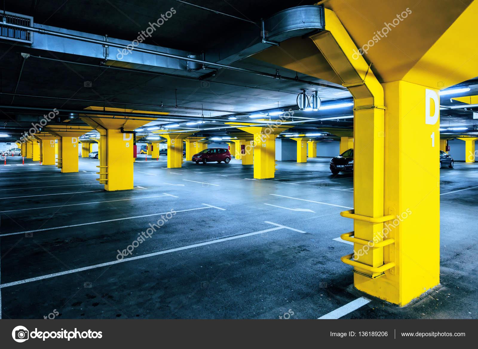 Underground garage parking lot with few cars and empty - Garage sotterraneo ...