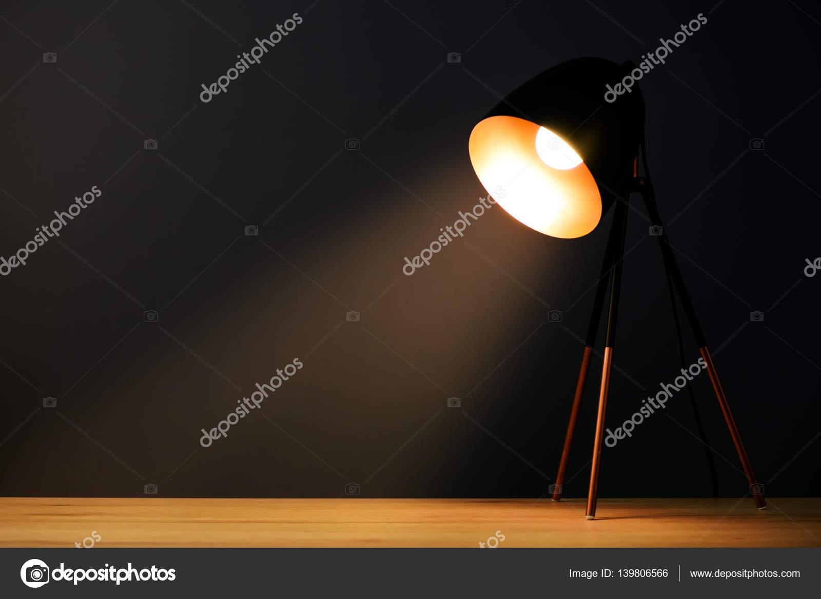 Lampade Scrivania Ufficio : Lampada illumina la scrivania da ufficio u foto stock