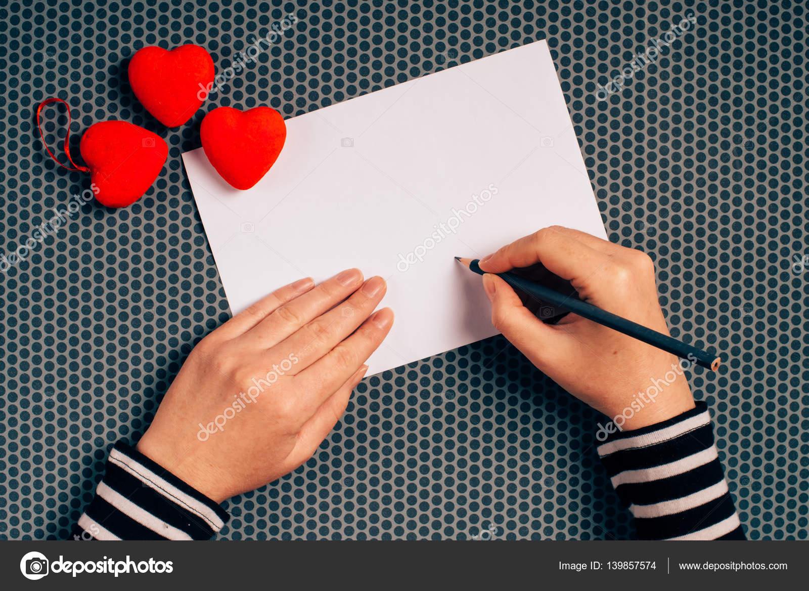 Femme écrivant Lettre Damour Pour Saint Valentin