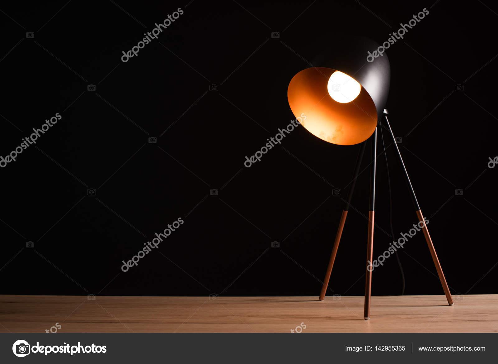 Lampade Scrivania Ufficio : Lampada da scrivania tavolo ufficio vuoto in legno u foto stock