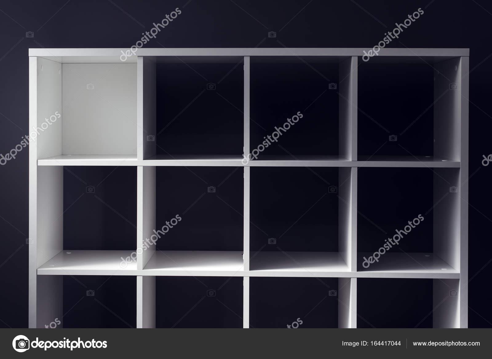 https://st3.depositphotos.com/1006472/16441/i/1600/depositphotos_164417044-stockafbeelding-lege-kantoor-of-boekenkast-bibliotheek.jpg