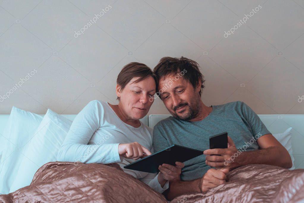 жены с мужьями в спальне-фото этого воспользуйтесь