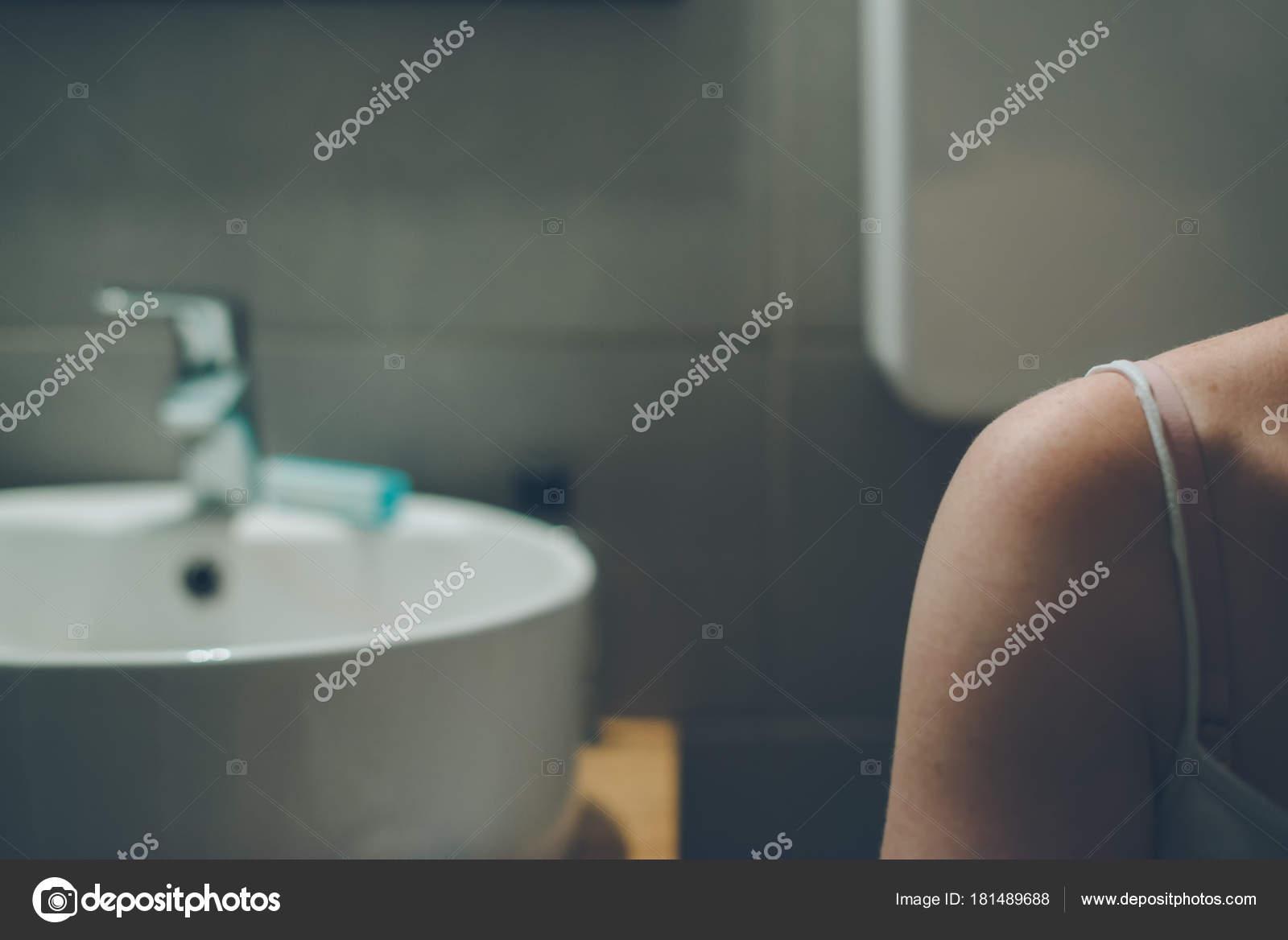 Femme Dans La Salle De Bain Sur Le Si Ge De Toilette Photographie