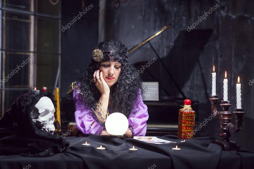 Sorceress while practising witchcraft — Stock Photo
