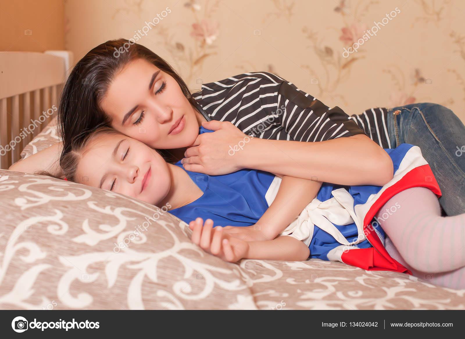 Тетя сосет пока спит, Тетка сосет член у спящего племянника, разбудила для 21 фотография