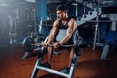 svalnatý sportovec trénuje s činka