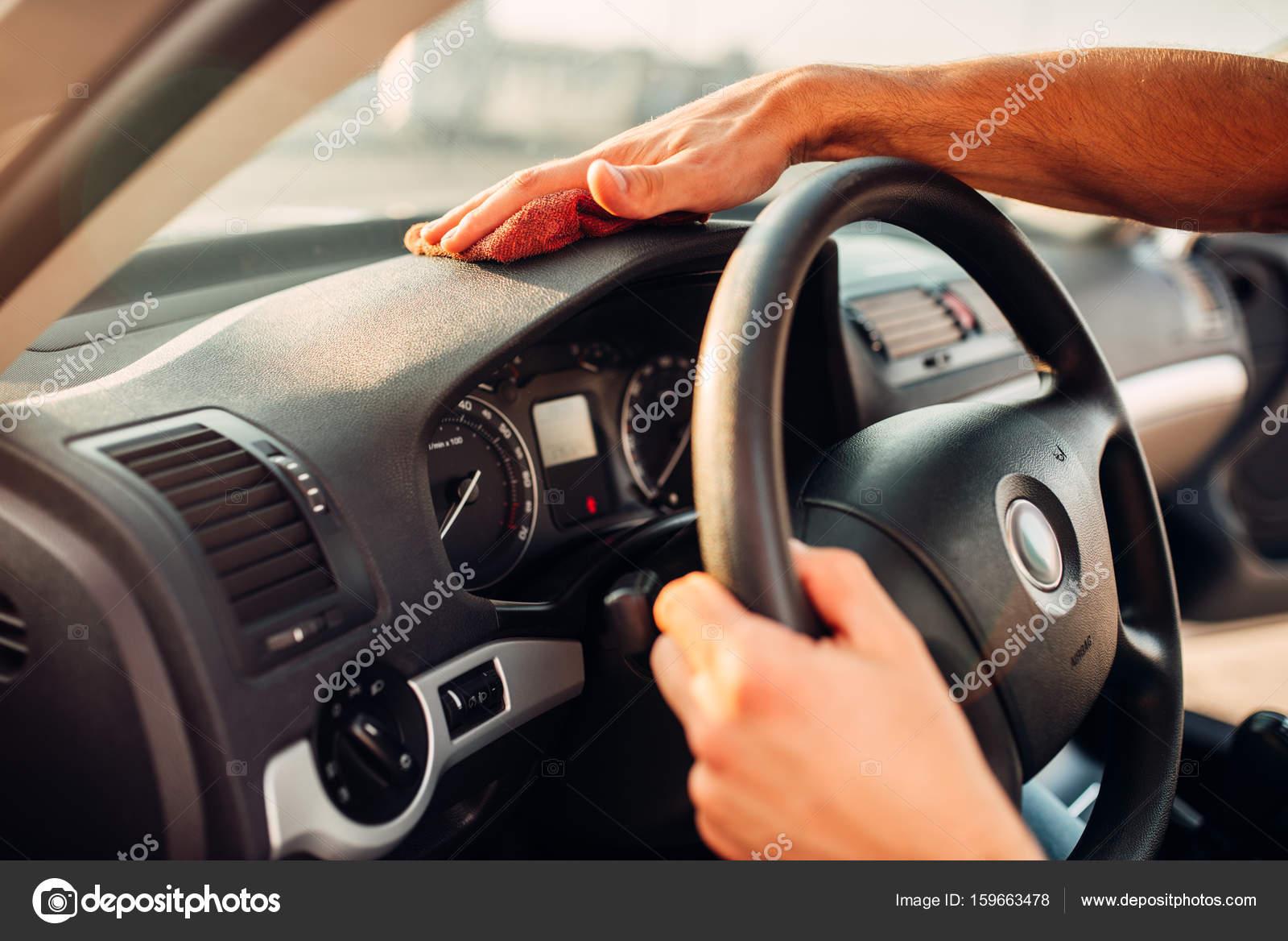 man schoonmaken auto interieur stockfoto
