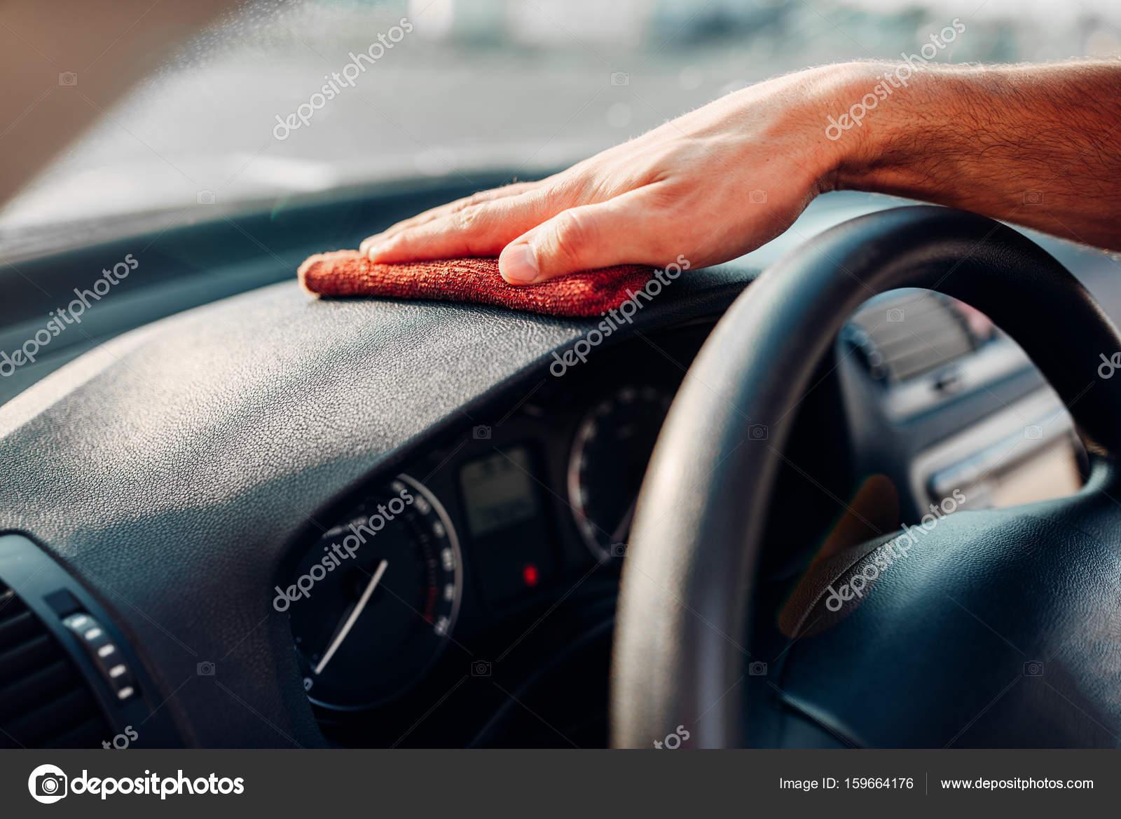 Man schoonmaken auto-interieur — Stockfoto © Nomadsoul1 #159664176