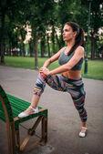 giovane donna esercizio allaperto