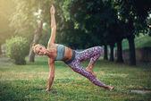 Fényképek fiatal nő, jóga