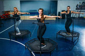 ženy cvičení na trampolínách