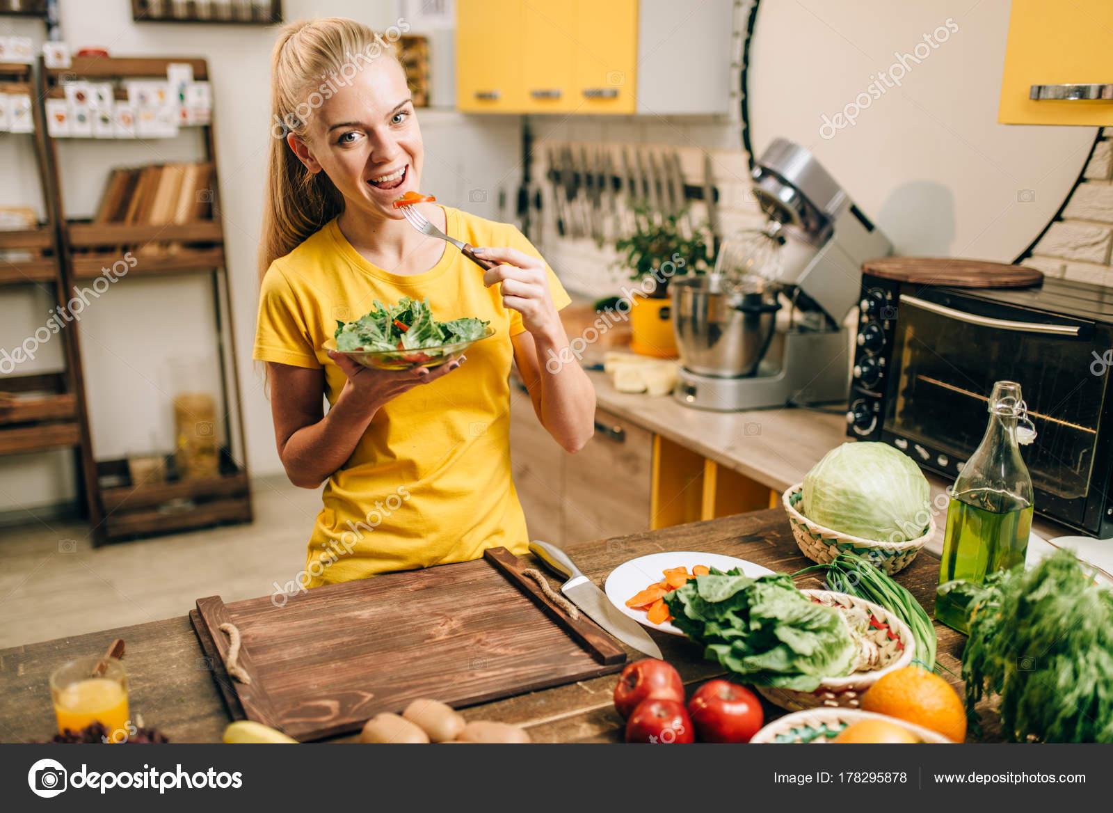 gl ckliche frau essen salat k che gesunde bio essen kochen vegetarische stockfoto nomadsoul1. Black Bedroom Furniture Sets. Home Design Ideas