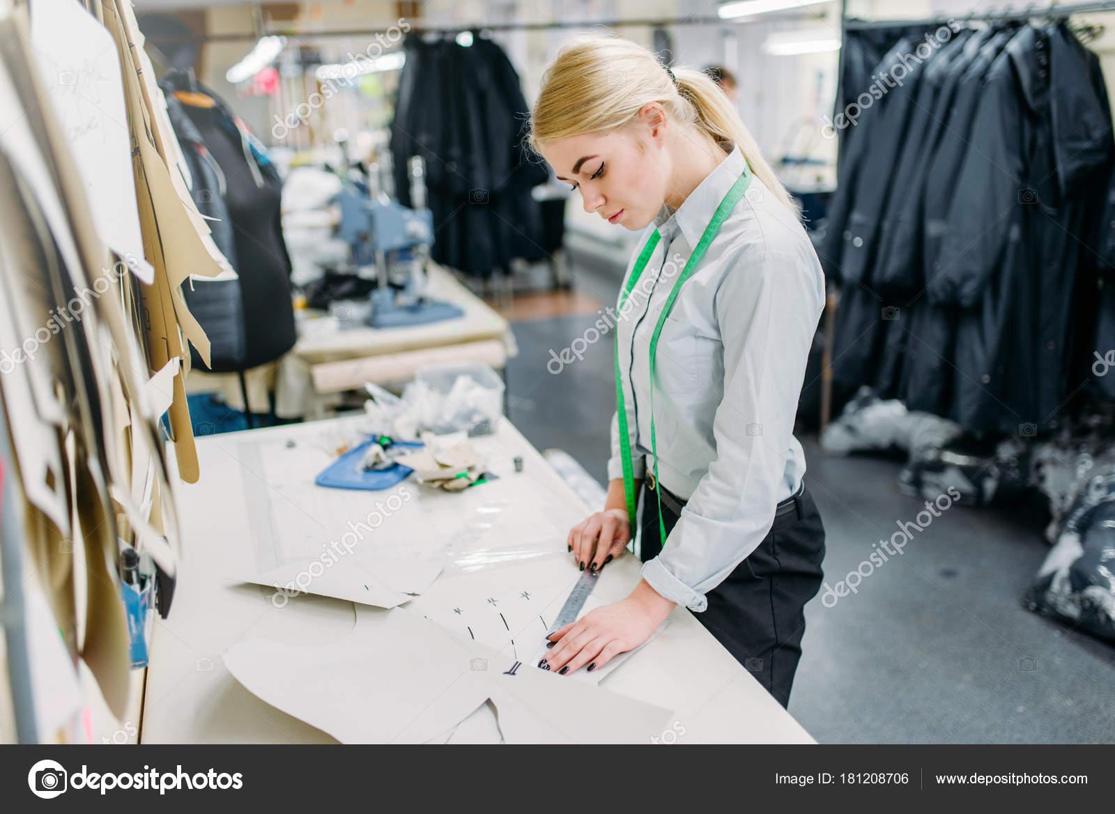 Designer Eine Muster Herstellung Auf Bekleidungswerk Messen Kleidung ...