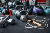 Photo kettlebells and dumbbells closeup, sport equipment in gym, bodybuilding concept