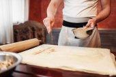 férfi szakács, locsolás, fahéj, alma rétes főzés tészta