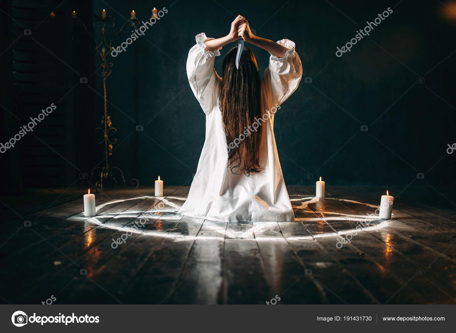 Pentagramme Rituel Assis Couteau Cercle Avec Femme Bougies wfI70T4q
